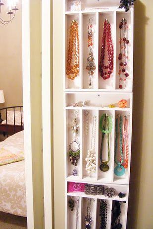 Utilisez des tiroirs à couverts pour ranger vos bijoux. | 23 astuces qui vont s...