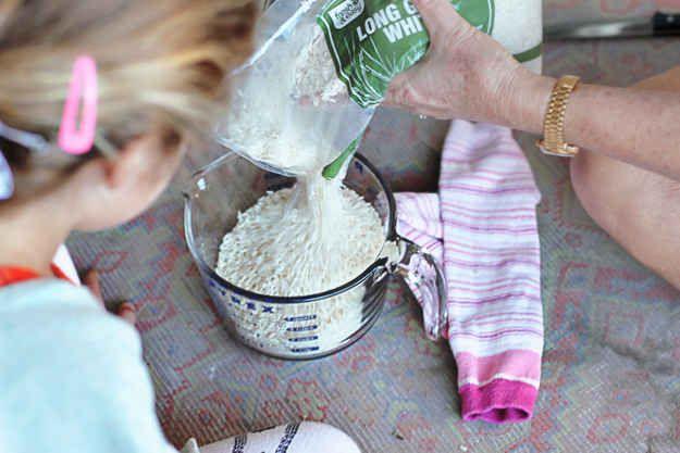 Utilisez du riz et une chaussette pour fabriquer une bouillotte. | 23 astuces qu...