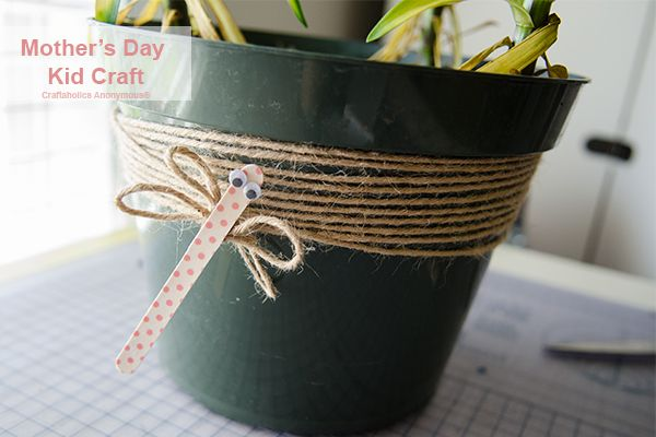 Flowers always make perfect gifts. Use this DIY kids friendly gift for Mother&#3...