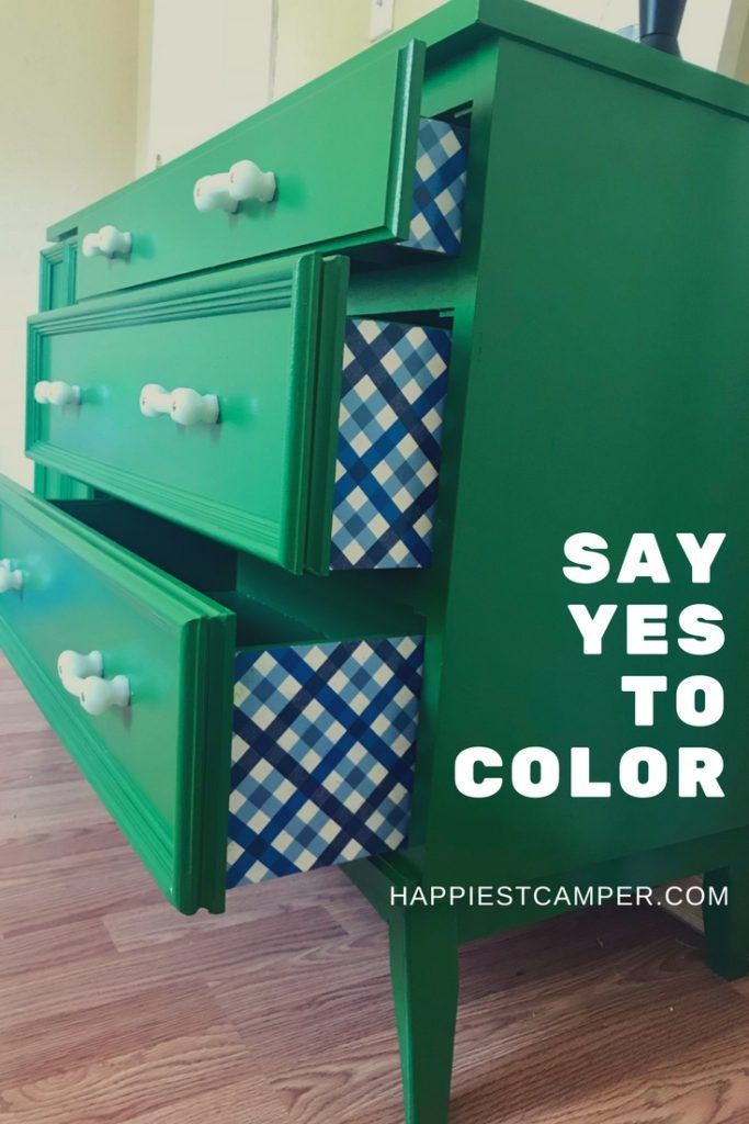 Dresser Makeover in Kelly Green - I love these bold colors! #paintedfurniture #p...