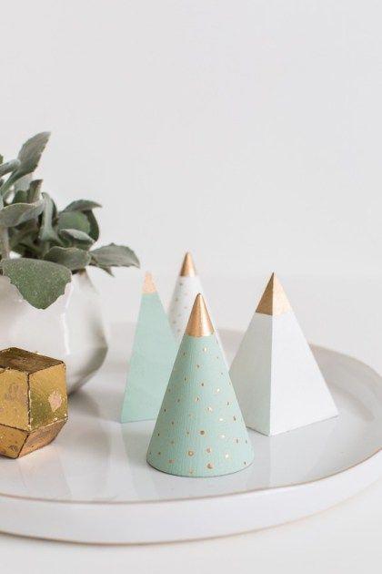 DIY wooden Christmas tree decor   sugarandcloth.com