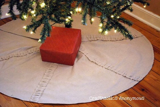 Just the right pattern for sewing your own Christmas skirt for your tree. We lov...