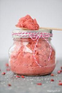 Splendid Strawberry Sugar Scrub recipe using coconut oil. These mason jar gifts ...