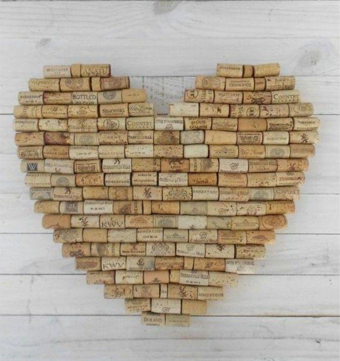 une décoration murale en forme de cœur réalisée à partir de bouchons en li...