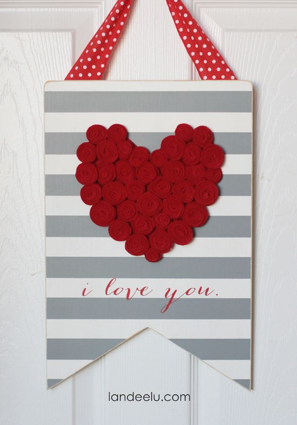 DIY Valentine's Day Sign with Felt Rosettes  | landeelu.com  Such a cute sign to...