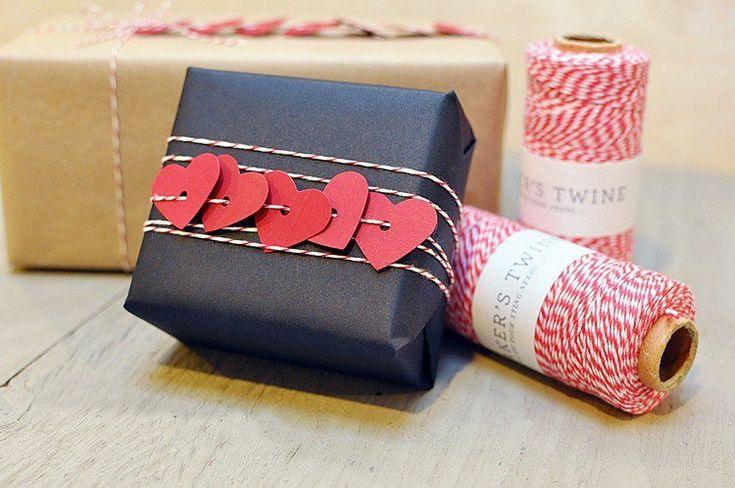 emballage cadeau Noël : cadeau habillé de papier noir et déco avec des cœurs...