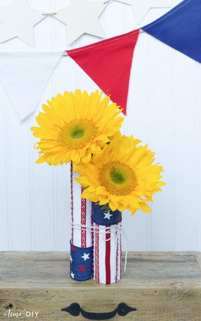 EASY 4th of July decor! Cute!! | via TimeToDIY.com #lollyjane #4thofjuly #memori...
